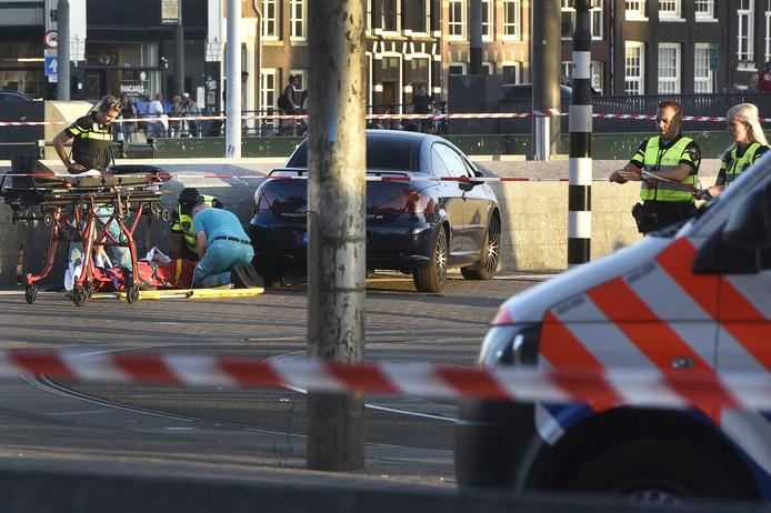 Hulpverleners verzorgen een gewonde voor het centraal station.