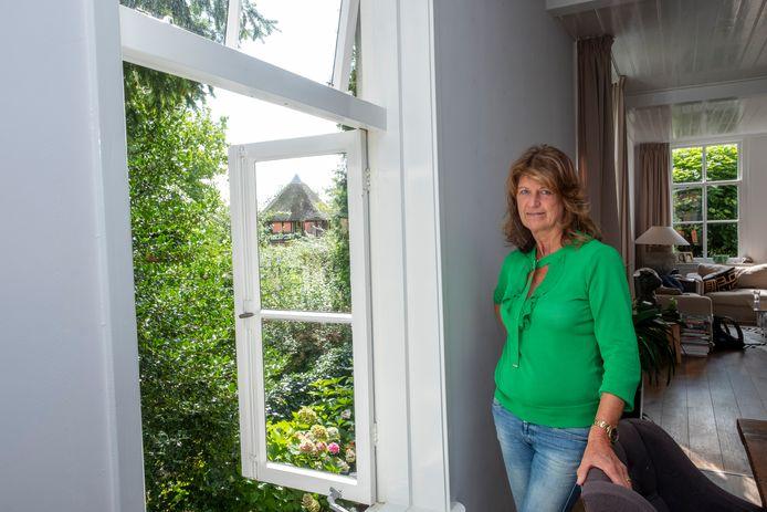 Maria van Hulst kijkt vanuit haar woning uit op de Verkentoren en heeft slapeloze nachten van de jongeren die er vaak rondhangen.