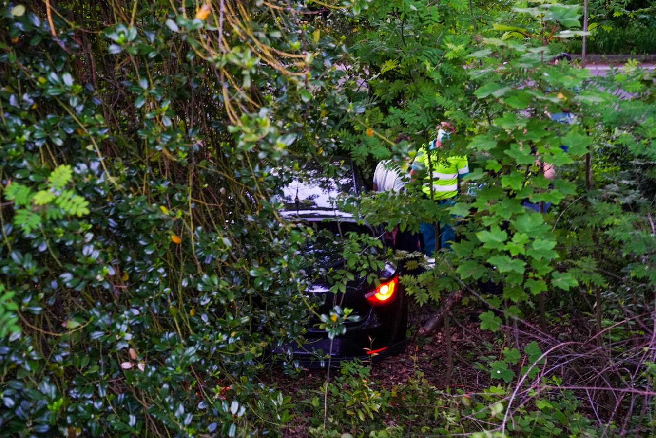 De auto vloog meters naar beneden.