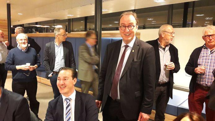PVV-fractievoorzitter Patrick van der Hoeff (zittend) met rechts naast hem burgemeester Jan Lonink.