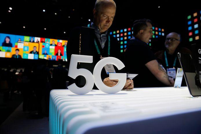 Mensen bekijken 5G telefoons van Samsung op de CES tech show in Las Vegas.