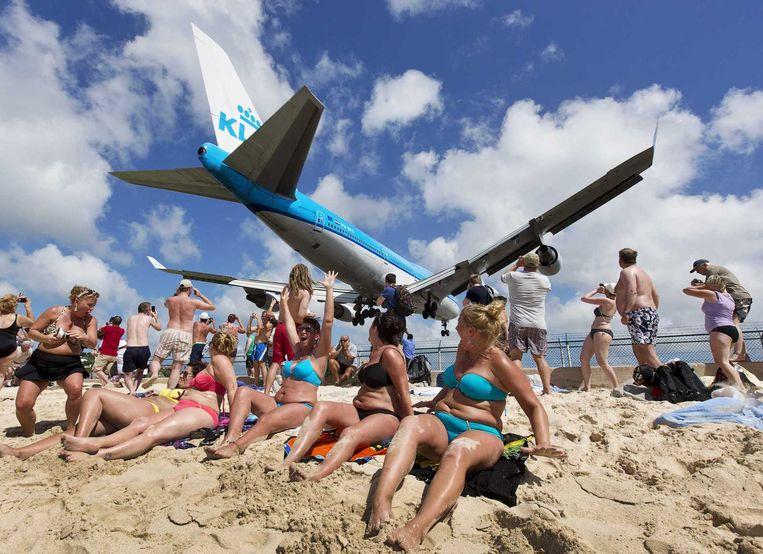 Een KLM-vliegtuig vliegt over het strand voor aankomst op de luchthaven van Sint Maarten.  Beeld ANP