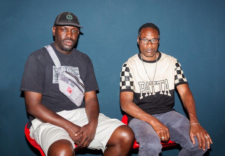Outsiderkunstenaar Regillio Benjamin (r) en Guillaume Schmidt, medeoprichter van het Amsterdamse streetwearmerk Patta. Beeld Nina Schollaardt