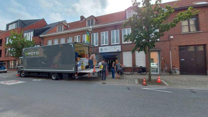 De vrijwilligers laden een vrachtwagen met talloze spullen voor de slachtoffers in Wallonië.