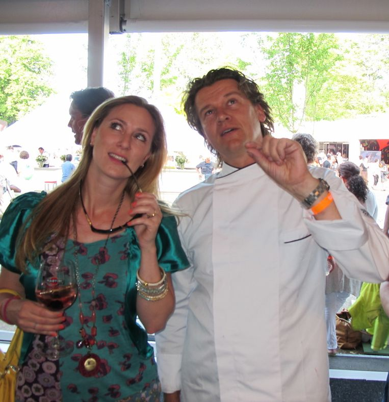 Tv-presentatrice Fabienne de Vries krijgt van chefkok Peter Lute uitleg over zijn culi-hoogstandjes. Beeld