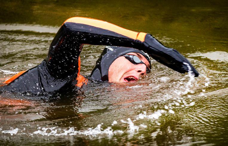 Zwemmer Maarten van der Weijden onderweg tijdens zijn monstertocht langs de elf Friese steden.