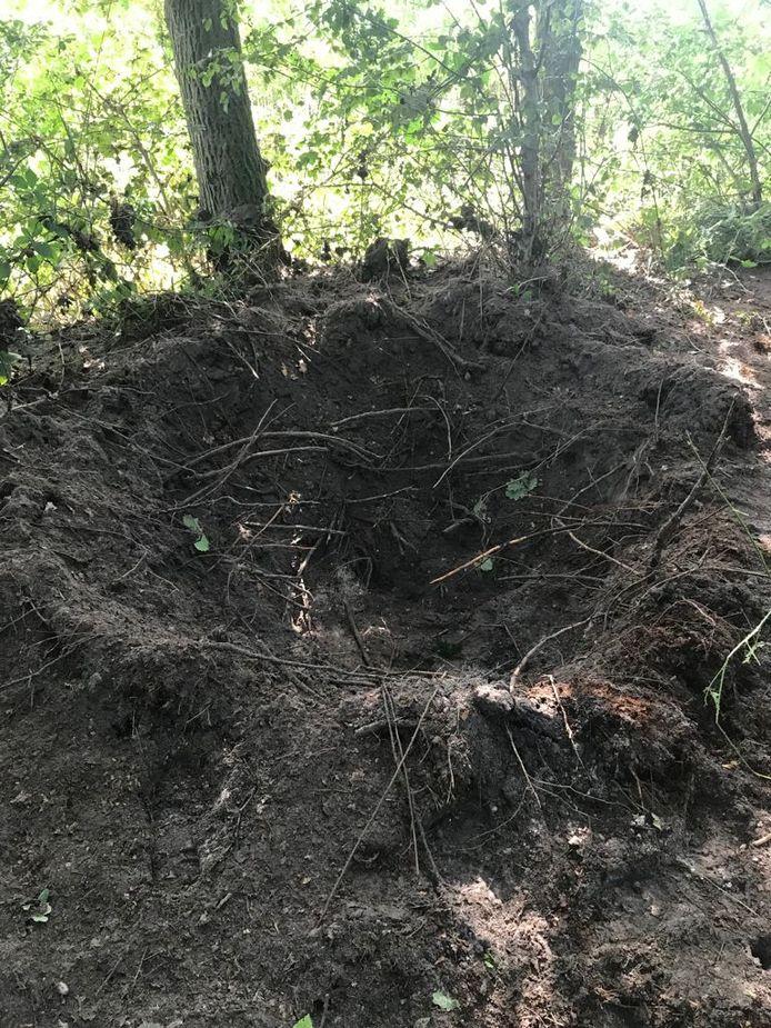 De obus die maandag werd gevonden tijdens het rooien van de aardappelen bleek op scherp te staan en moest ter plaatse tot ontploffing gebracht worden.