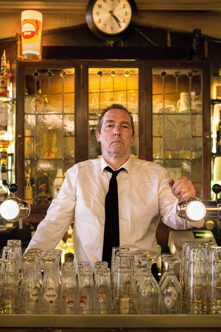 Ronald M. Offerman achter de bar van Café Eijlders in de Korte Leidsedwarsstraat. Beeld Rink Hof