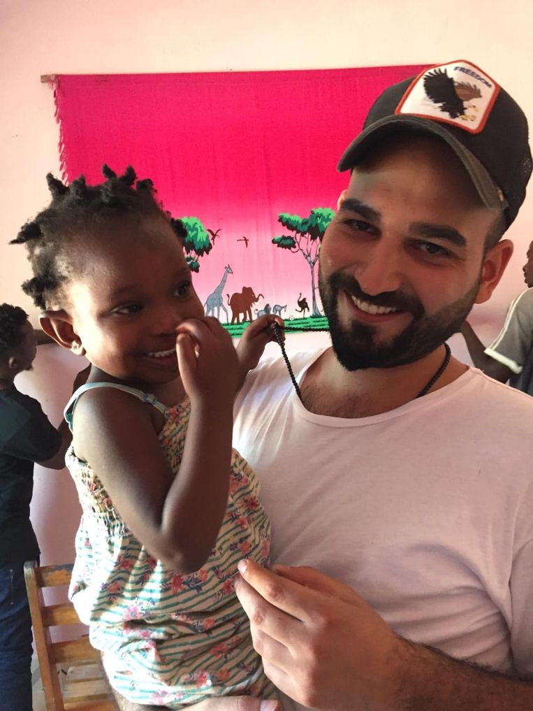 Kenan, de broer van Kerim, samen met het jongste weeskindje Happy.