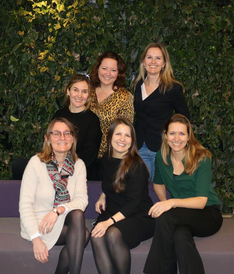 6 van de 8 vrouwelijke boardmembers van Nestlé -  staand v.l.n.r. Marjolijn Niggebrugge (directeur Sales), Valerie van Schaick (directeur Food), Martine Olijslagers-Kuip (directeur Chocolade), zittend v.l.n.r. Kassandra Surber (Head of Legal), Natalia Eliseeva (directeur Coffee), Judy Schnitger – Zwinkels (Head of Corporate Communications, Affairs & Sustainability). Carola de Bont (Directeur HR) en Elvira Orlova (CFO) ontbreken.