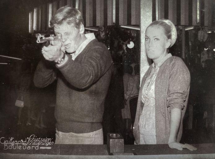 Leo schiet in 1971 een foto maar Sonja is niet onder de indruk.