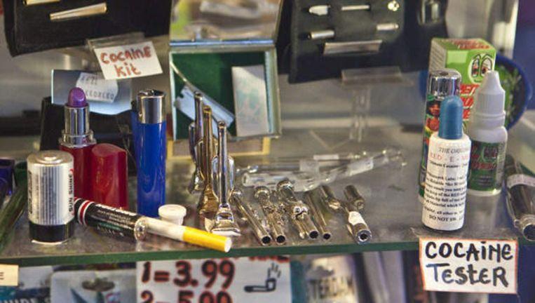 Een etalage met drugsgebruikersspullen in de Damstraat. Dit soort winkels moet weg, zeggen Asscher en zijn medestrijders. Maar hoe krijg je dat financieel voor elkaar? Foto © Floris Lok Beeld