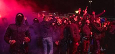 Fans Cambuur vieren massaal feest buiten stadion, trainer Henk de Jong zegt: 'Ga weg!'