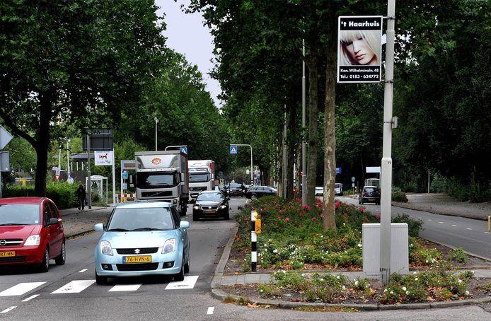 De Banneweg in Gorinchem, waar het slachtoffer werd geschept op een zebrapad voor het ziekenhuis. De auto's op de foto hebben niets met het incident te maken.