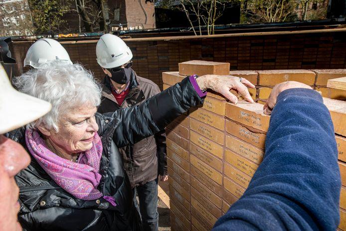 Holocaust-overlevende Mieke Bloemendal legde midden april een steen bij het Amsterdamse monument.