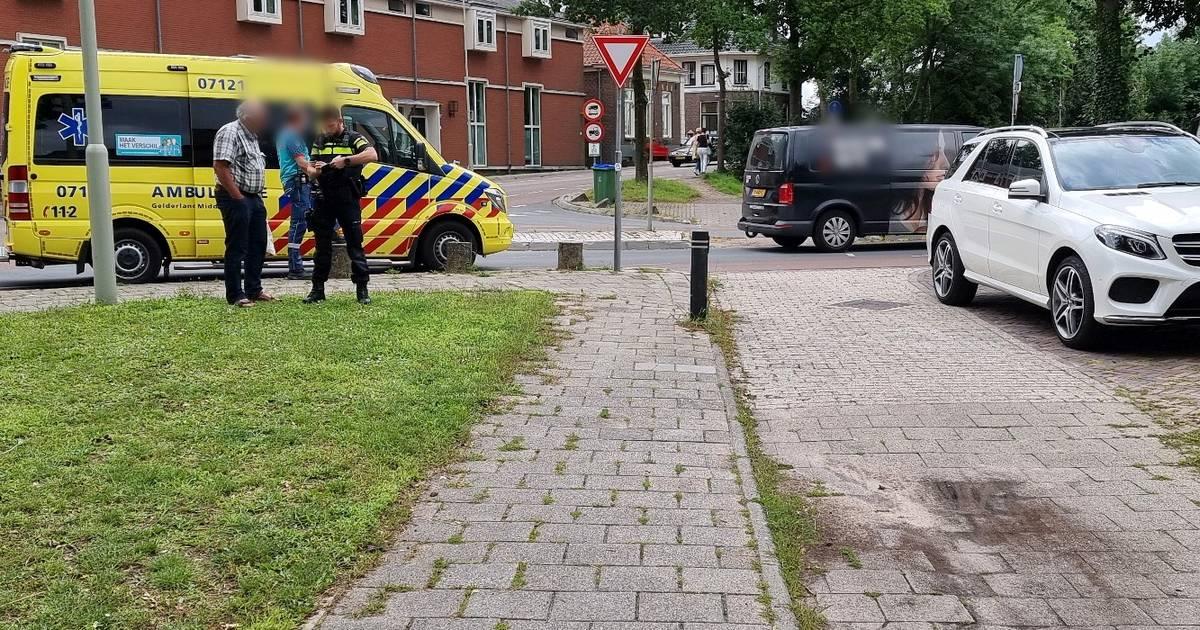 Fietser loopt bloedende hoofdwond op door aanrijding auto in Wageningen.