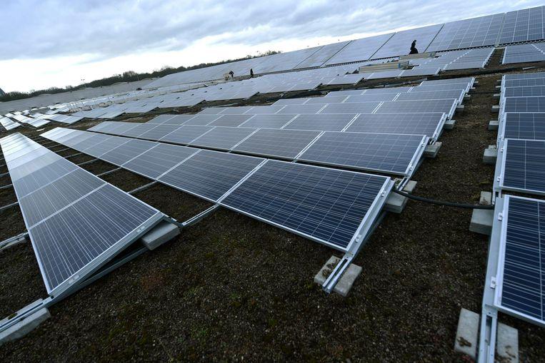 In Kortrijk moeten straks de daken van vier gemeentegebouwen vol zonnepanelen komen te liggen.  Beeld Photo News