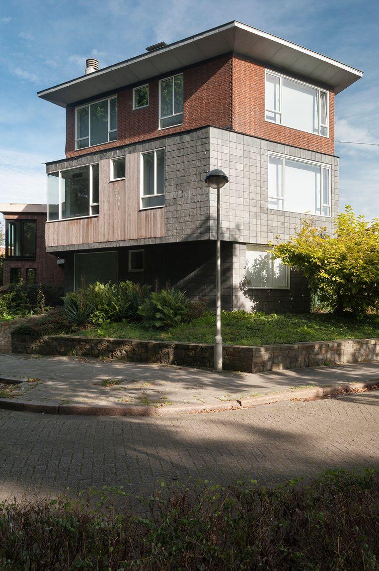 De woning is gebouwd in de jaren 50. De originele gevel met zijn gekleurde glastegels en stalen kozijnen werd behouden.  Beeld Verne