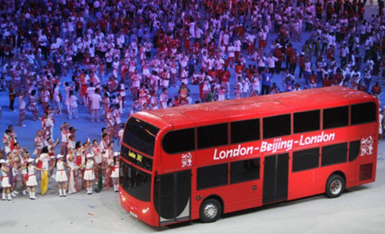 De sluitingsceremonie van de 29e Olympische Spelen zondag in het National Stadium in Peking. Een Engelse dubbeldekker bus rijdt door het stadion als aankondiging voor de spelen in London 2012. Foto ANP/Robin Utrecht Beeld