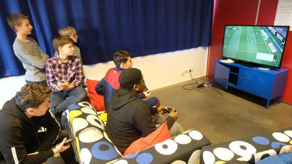 Twee spelers nemen het tegen elkaar op in De Living.