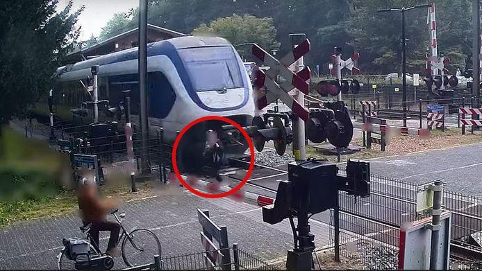 Deze vrouw redde ternauwernood het vege lijf nadat ze onder de gesloten spoorbomen door liep.
