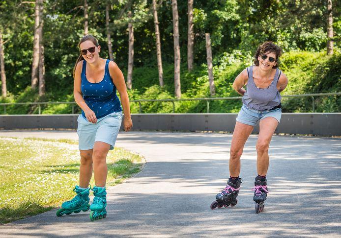 Elien Morren en Mia Ingelbeen op de rolschaatspiste in het provinciaal domein van Kessel-Lo