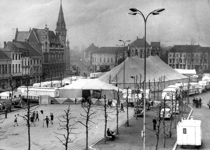 Een circustent op de Markt van Lokeren.