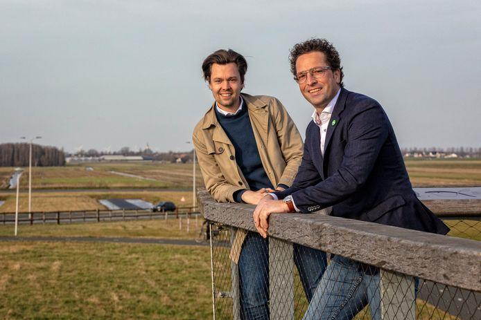 Julius Terpstra (CDA in Tweede Kamer, links) en Jeroen van Gool (gemeenteraadslid namens CDA in Alphen) op de Máximabrug, met op de achtergrond de polder Gnephoek. In (een deel van) die polder wil Alphen huizen bouwen, maar de provincie steekt er tot nu toe een stokje voor.