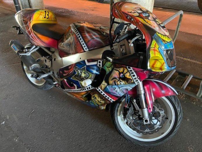 De motorrijder haalde snelheden hoger dan 200 kilometer per uur. Wanneer hij aan de kant kon worden gezet, werd zijn motorfiets in beslag genomen.