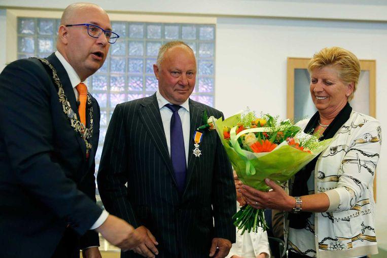Jan Reker tijdens zijn benoeming tot Ridder in de Orde van Oranje-Nassau. Reker ontvangt het lintje uit handen van burgemeester Jack Mikkers. Beeld null