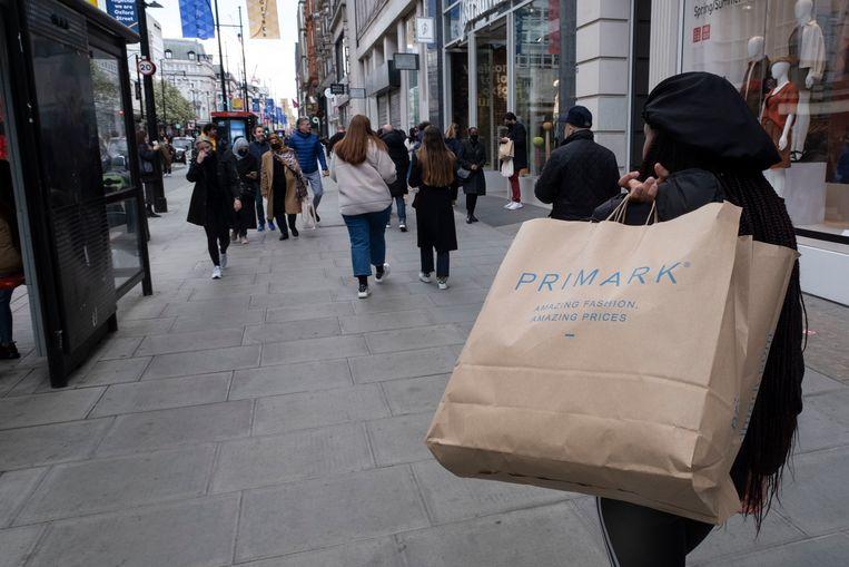 De tassen van Primark waren al van papier, nu wil het bedrijf het ontwerpproces aanpassen om de levensduur van kleren te verlengen en ze zodoende duurzamer te maken.  Beeld In Pictures via Getty Images