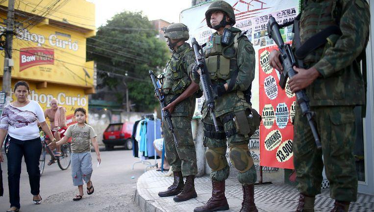 Militairen in een van de favelas van Rio. Beeld getty