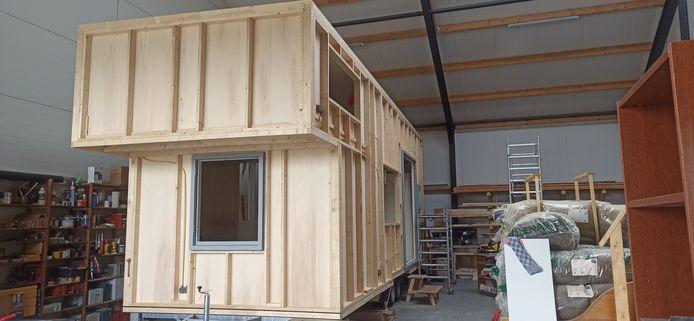 Het tiny house op wielen in de werkplaats waar Erin Rietvelt en Thijs de Lange het laten bouwen voor Buurtschap Te Veld in Eindhoven.