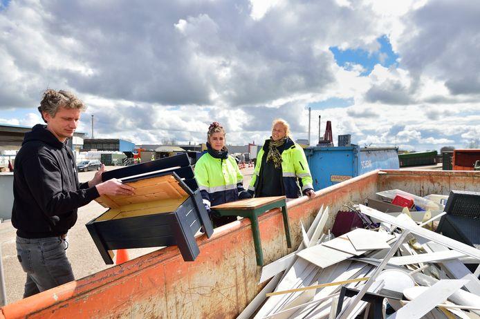 Kasia Flazynska (midden ), Joyce Kraaijenbosch en Mark Baas houden scherp in de gaten of er niet te veel meubelen naar het grof afval gaan die best nog een ronde mee kunnen gaan.