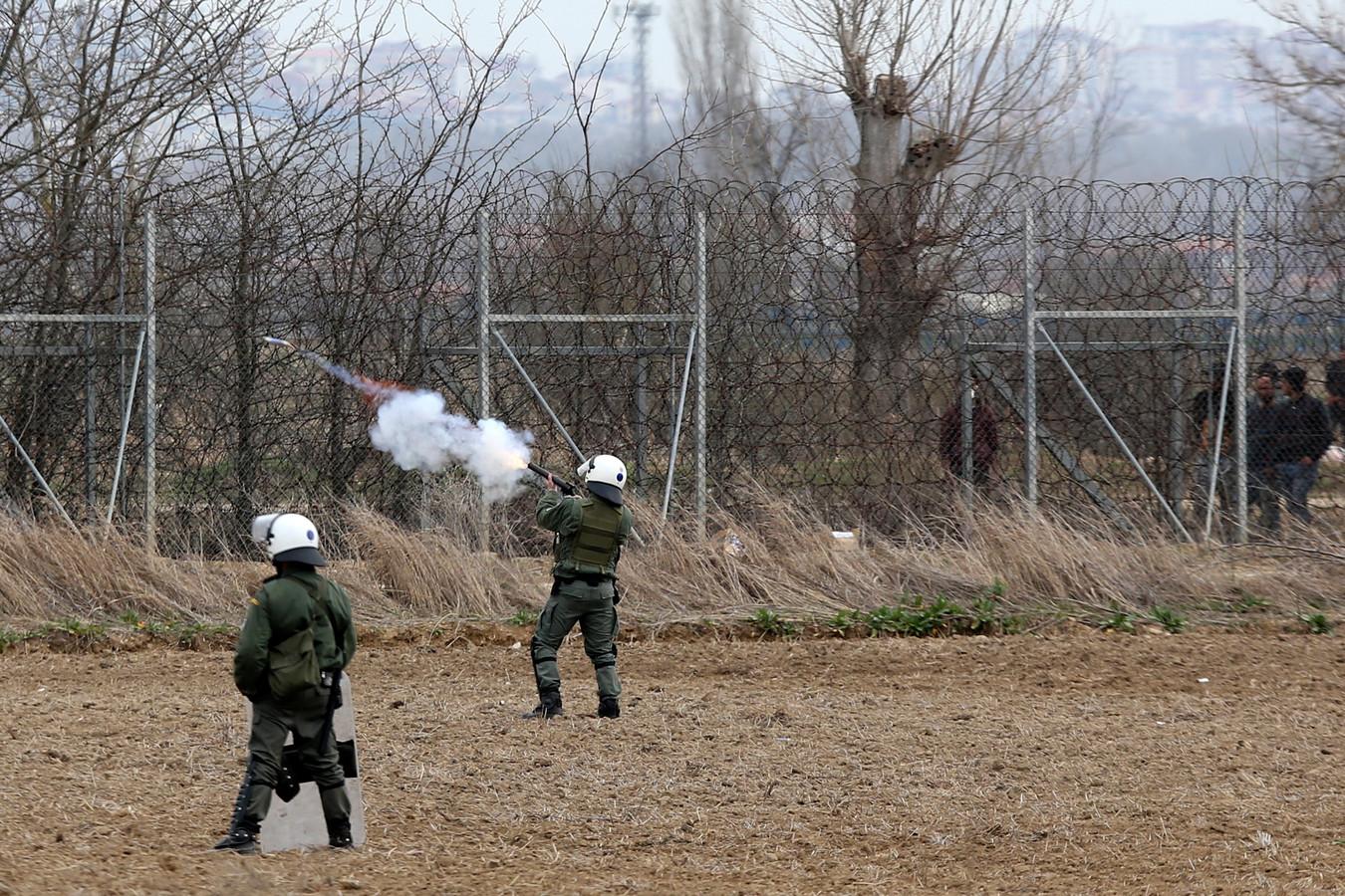 De Griekse oproerpolitie vuurt traangas af op migranten die via Turkije Griekenland proberen binnen te komen aan de grens in Kastanies.
