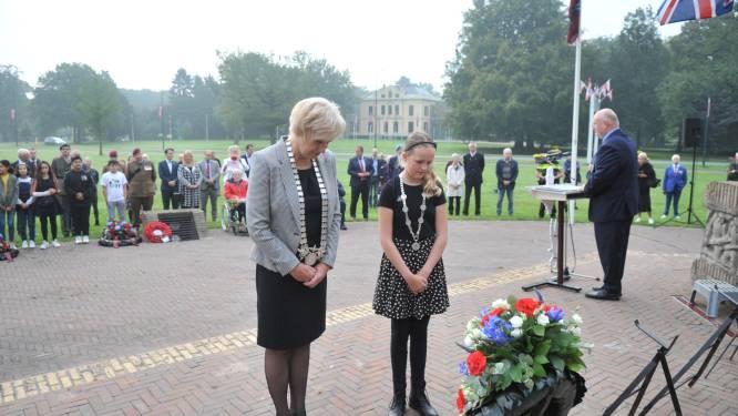 Herdenkingen van Slag om Arnhem begonnen met kleine, ingetogen ceremonie bij de Naald in Oosterbeek
