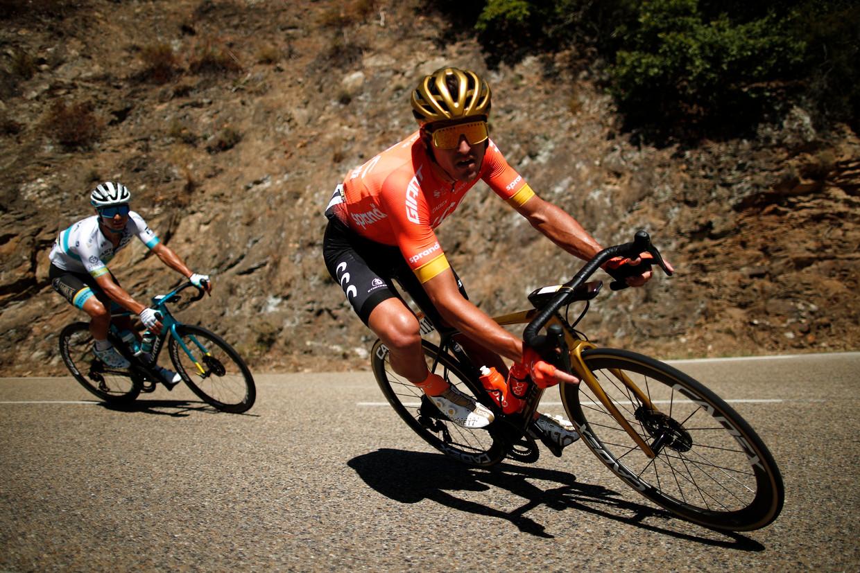 Greg Van Avermaet gaat een bocht in voor Alexei Lutsenko, die de rit zal winnen. De laatste klim was er te veel aan voor de Belg, geeft hij toe. Beeld REUTERS