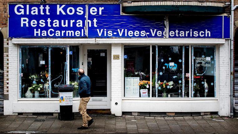 De verdachte sloeg met een houten knuppel de ruiten in van de eetgelegenheid aan de Amstelveenseweg Beeld anp