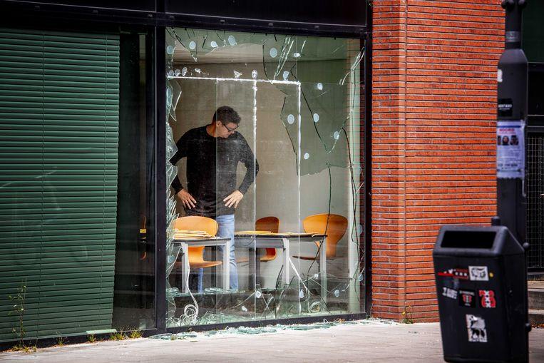 Kapotte ramen in een kantoorpand dat is beschoten met een antitankwapen. In het pand zit onder meer Pijper Media. Dit is de uitgever van bladen als Panorama en Nieuwe Revu, die hier ook hun redacties hebben. Beeld ANP