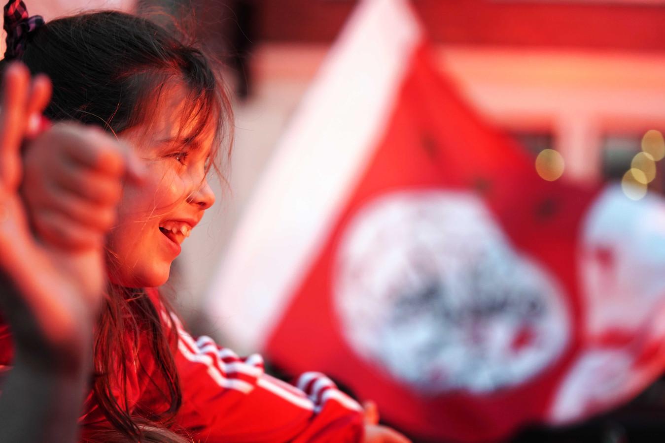 Een fan van Ajax viert feest na het behalen van de 34e landstitel. Ajax speelde de laatste wedstrijd van het seizoen in de eredivisie tegen De Graafschap.