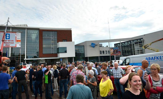 Ondernemers en inwoners demonstreren in juli 2017 voor de gemeenteraadsvergadering met hun (bedrijfs)wagens op plein voor gemeentehuis tegen eenrichtingsverkeer in de Molenstraat in Goor