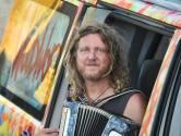 Muzikant Hans van der Werf - 'Overal waar ik rij, toeteren mensen naar mijn bus'