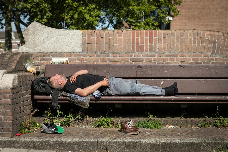 Dakloze man op de Stadhouderskade. Het aantal daklozen in Nederland is de laatste jaren fors toegenomen, blijkt uit cijfers van het CBS. Beeld ANP DINGENA MOL
