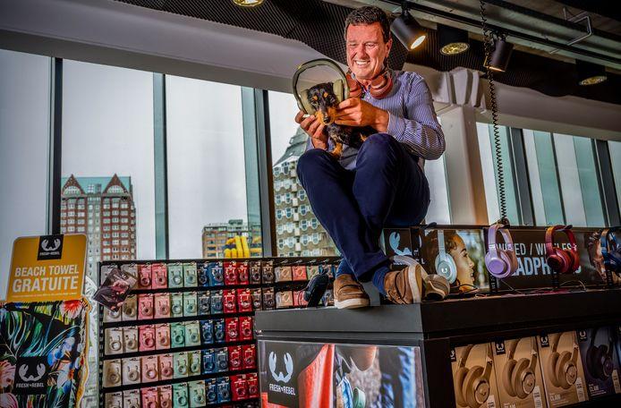 Pim Schoonenberg, oprichter van Fresh 'n Rebel, zet tekkel Takkie een van de kleurrijke koptelefoons op waarmee het bedrijf de internationale markt aan het veroveren is.