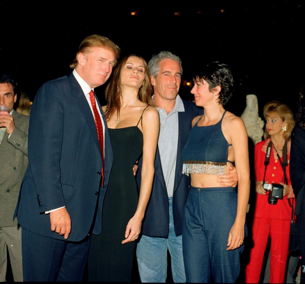 Donald Trump en zijn toenmalige vriendin Melania poseren met Jeffrey Epstein en Ghislaine Maxwell,  in 2000. Barry Levine: 'Maxwell opende voor Epstein de deur naar de groten der aarde.'   Beeld Getty Images