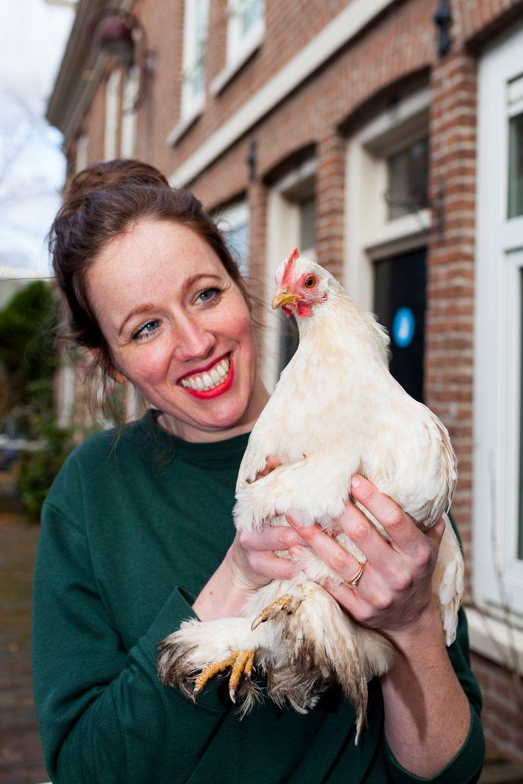 Kippenhouder Josje de Bruin met haar kip Hennie. Beeld Renate Beense
