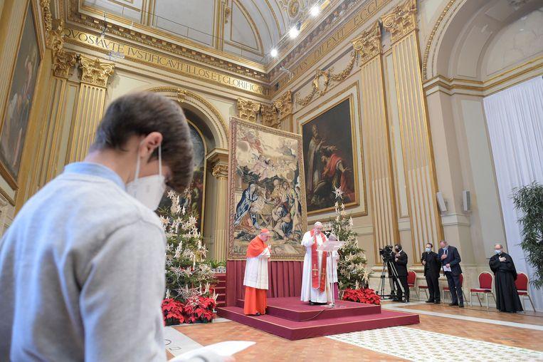 Paus Franciscus spreekt zijn traditionele Urbi et Orbi uit. Anders dan andere jaren niet vanaf het balkon om groepsvorming op het Sint-Pieterplein te voorkomen.  Beeld REUTERS