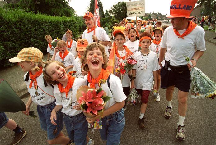 Een intocht van wandelaars met bloemenhulde zit er ook dit jaar in Deurne niet in.