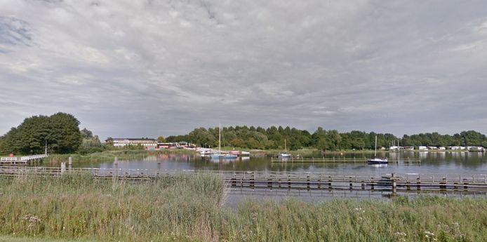 De jachthaven achter de Music Club, gezien vanaf de Flevolandse kant van het Drontermeer.