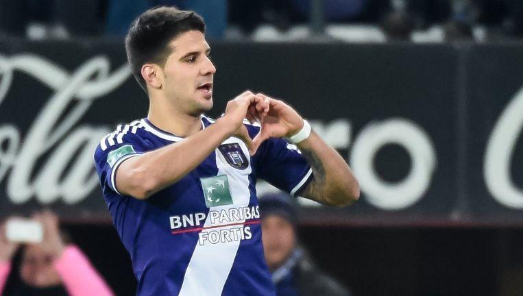 Het was uitkijken naar de viering van Mitrovic bij een doelpunt: dit keer geen obsceen gebaar, maar wel een hartje. Beeld PHOTO_NEWS